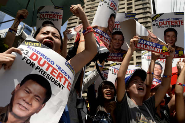 Supporters of presidential candidate Rodrigo Duterte protest in Manila on May 2 after a rival candidate challenged Duterte to open his bank accounts to public scrutiny.